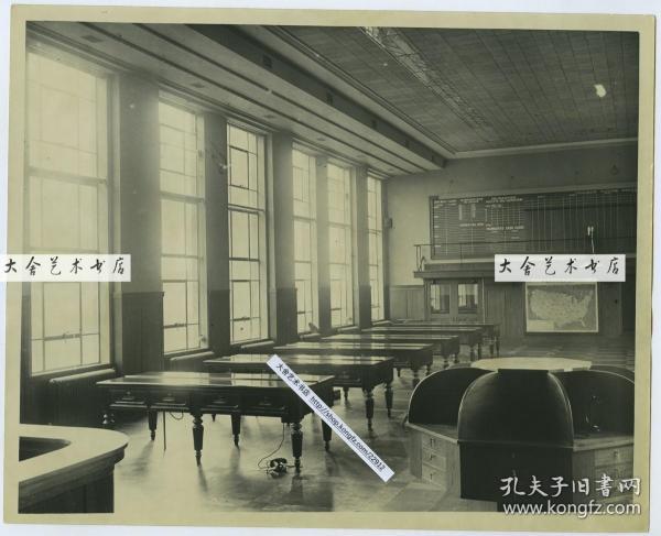 1935年美国密尔沃基谷物和证券交易所内景全貌,可见挂在墙上的当时各州气象天气地图,25.4X20.4厘米