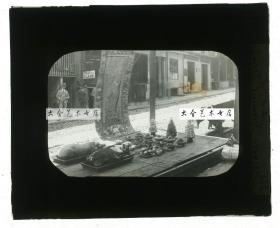 清代民国玻璃幻灯片-----民国时期海外华人华侨兴办白事,在街头摆开祭祀贡品