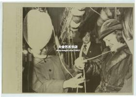 1975年美国总统福特访华,其夫人贝蒂福特访问北京地毯厂,饶有兴趣的尝试手工编织,美联社新闻传真照片。