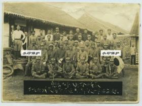 民国时期康德三年(1936年)入侵辽宁本溪的日军小队合影老照片,前排带防风眼镜的是摩托车驾驶员,前排有轻机枪一挺,后排有汉奸若干名。15X11厘米,泛银