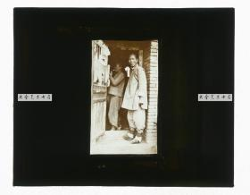 清代民国玻璃幻灯片-----民国时期东北满洲沈阳奉天屋舍门前的中国妇女