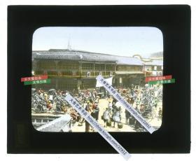 """清末民初玻璃幻灯片—清代上海老城厢天主堂街,著名茶楼""""蕙芳楼""""及其隔壁汪云从老店。拍摄于障川门(新北门)附近,左下角可见城外护城河上的桥栏和岸堤,民初护城河被填平后此处先后改称为民国路~人民路。茶楼上方的尖顶是洋泾浜天主堂,即圣约瑟堂。右上方的西式屋顶是四川南路37号洋泾浜圣母院。根据中国新文化运动先驱,文学家刘半农作品中的记载,蕙芳楼是当时""""新剧家""""常去的茶馆,是各种消息""""交汇之处""""。"""