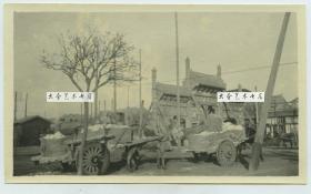 """民国时期北京东单大街街景,可见""""景星""""牌楼,这是一座四柱三间冲天式木牌楼,1916年,袁世凯当政时,将匾额上""""就日""""改为""""景星。"""