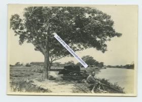 民国江苏苏州一带江南水乡村庄风光老照片,河流旁拉水车汲水的耕牛,一旁农夫河边欣赏风景。泛银