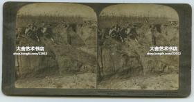 清末民国时期立体照片----1905年中国东北满洲日俄战争时期,在辽宁旅顺的日军突击小队,在田野掩体后隐蔽射击。品相一般仅标一品