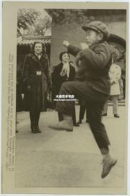 1975年美国总统福特访华,其夫人在北京紫禁城故宫中观看中国儿童跳绳,美联社新闻传真照片。