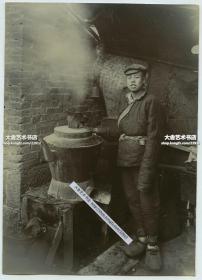 清代晚期或民国极其早期,中国北方煮茶的年轻男子和冒着蒸汽的大茶壶老照片,尺寸为13.9X9.9厘米