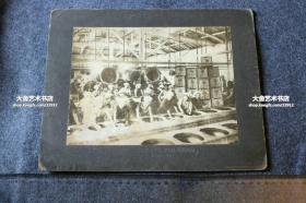 民国时期日本茶园的茶叶生产-----茶厂车间炒茶老照片,照片尺寸23.1X17.7厘米,裱在硬背板上,背板尺寸30X24厘米。前费城博物馆照片