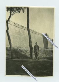 民国时期河北保定府城墙下日军士兵留影。5.7X4厘米