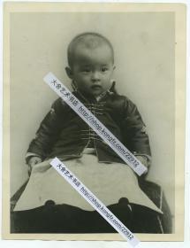 """1922年清代皇室爱新觉罗·载抡(Tsai Lun )的女儿格格金叔颖幼年肖像照片 ,载抡汉名""""抡赞臣"""",又名金赞臣,是庆亲王奕劻的第五子,是慈禧太后的亲侄,加封""""辅国公""""爵位。21.5X16.5厘米"""