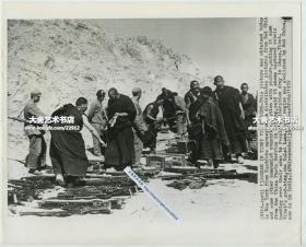 1959年美联社新闻传真照片,西藏拉萨地方武装向人民解放军缴械投降老照片。25.4X20.6厘米