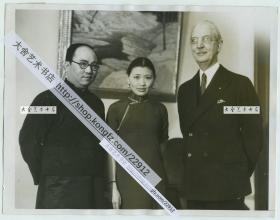 """1934年2月8日教育家、上海沪江大学(上海理工大学前身)第一任华人校长刘湛恩博士赴欧美考察文化教育,访问美国南加州大学并和校长Rufus von Kleinsmid先生合影,中间穿旗袍女子是该校中国留学生""""中国第一位女记者""""。23X17.7厘米"""