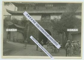 """1940年代云南昆明古城北门,位于圆通公园西门附近,称拱辰门,城楼称望京楼。望京楼又叫眺京楼,之意就是心向首都安守疆土,有象征臣服皇权的意思,北门在昆明旧时龟形古城中处于龟尾的位置。有大量国军士兵守候,当时还挂有""""中山室""""的牌匾。18X12.8厘米"""