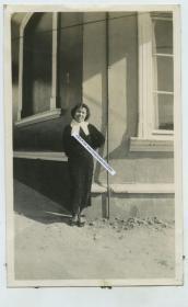 民国山东青岛摩根酒吧附近一女子留影,旗袍,卷花头,高跟鞋,当时算摩登。强烈泛银。10.8X6.7厘米