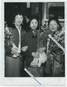 """1959年中国京剧团访问北欧演出成功后合影老照片,最左侧的是著名京剧表演艺术家""""梅派""""艺术传人沈小梅。24.4X18厘米"""