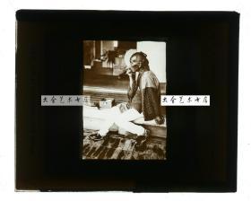 清代民国玻璃幻灯片-----民国同期日本抽烟的老者肖像