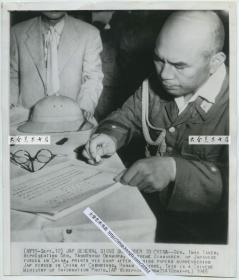1945年美联社新闻传真照片一张,1945年湖南怀化芷江县机场,日本代表乘坐飞机前来投降,著名的芷江受降, 日军总参谋副长今井武夫少将代替中国派遣军总司令冈村宁次签署投降协议并盖章。24.1X20.7厘米