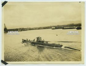民国时期外国海军潜水艇在双面航行靠近港口老照片,泛银