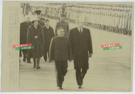 1975年美国总统福特访华,国务院副总理邓小平陪同其在北京天安门广场检阅三军仪仗队,美联社新闻传真照片
