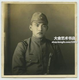 民国持军刀日军军曹坐像老照片。