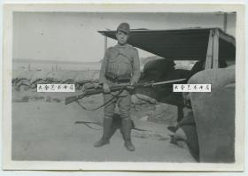 民国日军入侵中国,在沿海城市沙滩掩体前,横着刺刀的日本兵老照片,8.5X6厘米