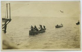 民国北洋政府时期驻华美军士兵划小船运送行李到深水区停靠的大船,泛银。13.3X8.4厘米