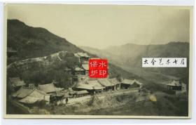 """1929年河北张家口西北的赐儿山山腰的古寺云泉寺全景老照片。13.8X8.4厘米,泛银。其名是取""""白云深处有清泉""""之意。它是佛、道建在一处的寺庙。"""