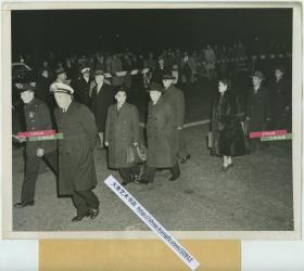 1950年11月中国共产党伍修权将军率领中国代表团抵达美国纽约参加联合国的大会。22.9X18.1厘米