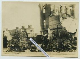 1932年一二八淞沪抗战中,一名日军海军陆战队队员在上海废墟建筑前巡视老照片。9.6X6.9厘米,泛银