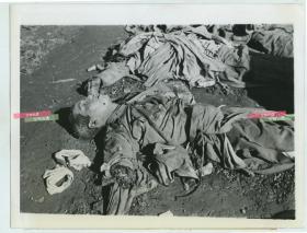 1942年5月,在湖南长沙守卫战中战死的日军士兵尸体,少了半条胳膊。《北行漫记》作者,著名战地摄影师哈里森·福尔曼拍摄。20.3X15.6厘米