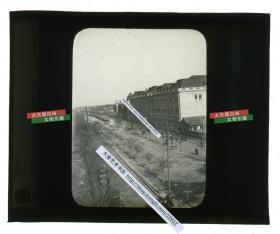 清代民国玻璃幻灯片-----民国时期北京正义路南口路东的东交民巷御河桥路地貌,此时这段河道已经被填平,右侧是六国饭店全景,远处可见横滨正金银行的大楼