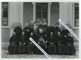 清末天主教在河南卫辉的教区活动影像,卫辉老会公中外神父牧师主教合影,新乡汲县一带。21X15.2厘米