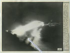 1944年美联社新闻传真照片一张,二次世界大战期间,美国巡洋舰在夜间猛烈火,射击入侵台湾上空的日本轰炸机。27.3X20.7厘米
