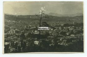1930年代韩国汉城首尔城市远眺全景老照片一张。13.5X8.8厘米,泛银。右侧尖顶教堂是明洞天主教堂