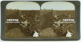 清末民国时期立体照片----1905年中国东北满洲日俄战争时期,在辽宁旅顺的日军分队前进,穿过中国百姓的农田而奔向前线