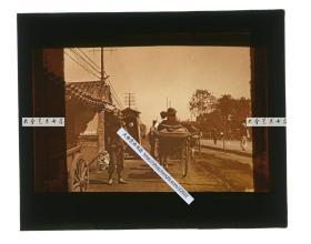 清代民国玻璃幻灯片-----民国东北满洲辽宁沈阳奉天机关公署前的卫兵岗亭,可见人力车在街上行走