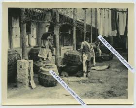 民国时期河北张家口布匹染坊,师傅染布工作照老照片。10.7X8.3厘米,泛银