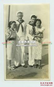 1938年驻香港水兵和他们穿旗袍漂亮的中国女朋友合影老照片。11X6.5厘米