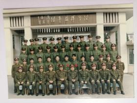 彩色照片:军人集体在陆军指挥学院目前留影