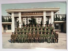 彩色照片:军人集体在陆军指挥学院目前留影(花旗营)