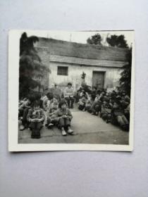 老照片:集体席地而坐