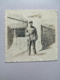 老照片:军人大门前留影