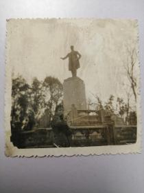 老照片:雕塑像前