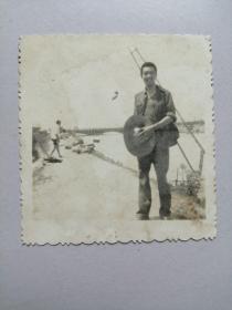 老照片:拿草帽的男人