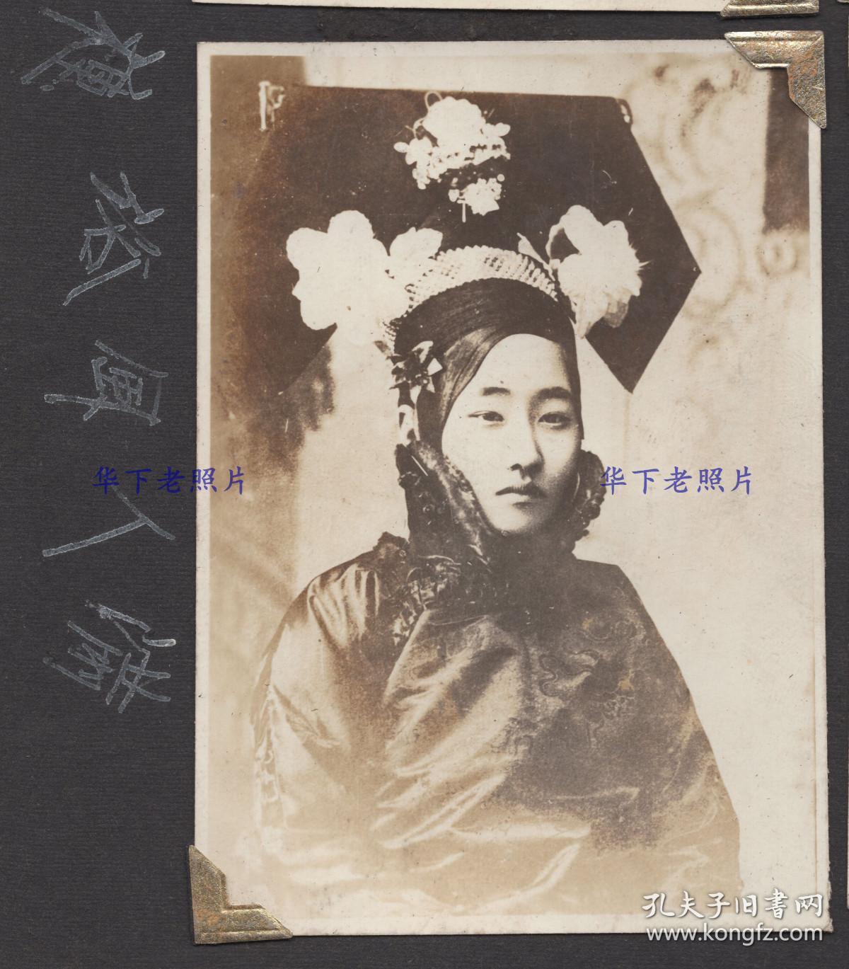 1930年代,伪满洲国,1个忧郁的华贵妇人。
