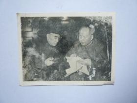 文革照片:毛主席和林彪副主席在城楼上【保真保文革】