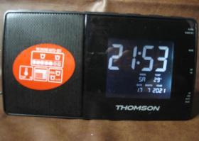 【法国原产汤姆逊(THOMSON)牌数字LED显示钟控收音机】,法国制造销往欧盟国家专用CT252L型号。带原装220V交流电源适配器,接220V电源自行供电;另带方块电池接口仓,随机加装6F22型(碳性)9V方块电池一粒供电。带万年历,显示年、月、日和时、分、秒以及温度。大型LED显示屏,带夜光功能,显示十分清晰。AM / FM双波段收音机灵敏度高,立体声音质优美舒适。带定时钟控、闹钟和贪睡功能