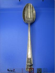 """【19世纪美国著名银器制造商福尔摩斯•爱德华兹银器公司制造西餐用纯银汤匙和餐叉一套】,两件,汤匙和餐叉各一件,纯银质。柄雕维多利亚时期皇冠图案,背雕""""SUPER PLATE HOLMES & ADWARDS INLAID"""",汤匙通长20.8厘米,柄上端宽1.6厘米,汤匙头宽4.2厘米,重54.8克;餐叉叉头四齿,叉长19.5厘米,叉柄上端宽1.5厘米,叉头宽2.5厘米,厚度0.3厘米,重量49克。"""