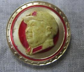 毛主席像章夜明军装像背面大海航行靠舵手干革命靠毛泽东思想林彪
