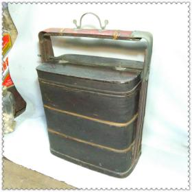 一个清代的漆木三层提梁盒